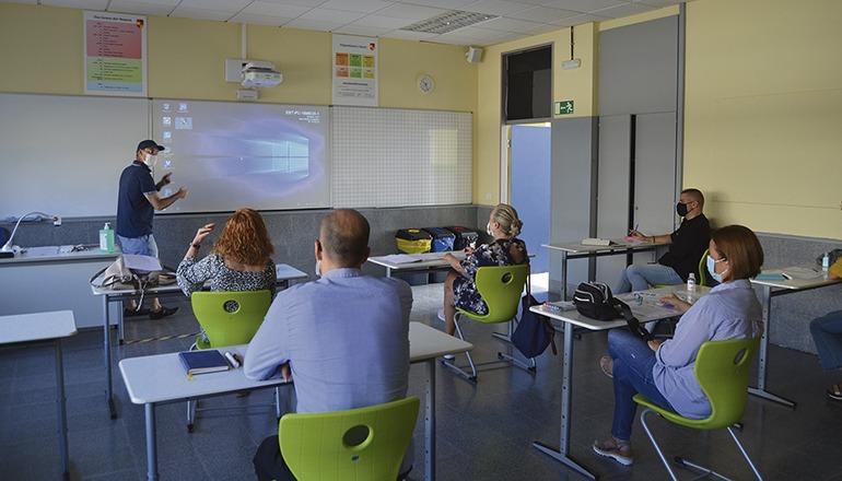 Vor dem Beginn des neuen Schuljahres nahmen die Lehrer an einer Fortbildung teil, um die neuen Medien in den Klassenzimmern optimal einzusetzen. Foto: dst
