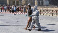 Im nordspanischen San Sebastián erregte am 8. September eine Festnahme große Aufmerksamkeit. Die Frau hatte sich trotz eines positiven Corona-Testergebnisses und der angeordneten häuslichen Quarantäne an den Strand begeben, um zu surfen. Sicherheitskräfte forderten sie von einem Boot aus auf, an den Strand zurückzukehren, was sie zunächst nicht tat. Als sie schließlich aus dem Wasser kam, wurde sie von Polizeikräften in Schutzanzügen abgeführt. Foto: efe