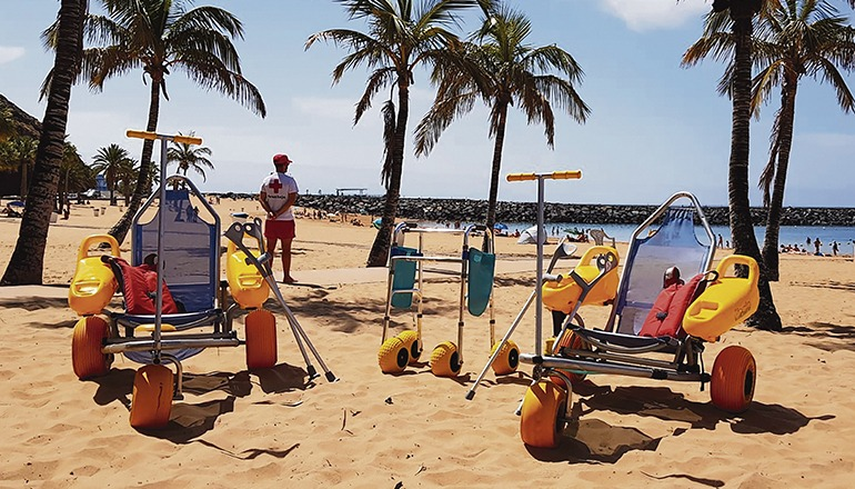 """""""Baño asistido"""": An der Playa de Las Teresitas können Badegäste mit eingeschränkter Mobilität wieder Unterstützung durch das Rote Kreuz erhalten. Foto: Ayuntamiento de Santa Cruz"""