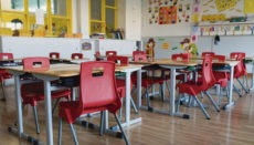 Wenn Tausende besorgter Eltern ihre Ankündigungen wahr machen, dann werden in den Klassenzimmern viele Stühle leer bleiben. Foto: EFE