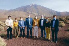 Reyes Maroto (Mitte) mit den Bürgermeistern der touristischen Gemeinden nach dem Treffen im Parador del Teide Foto: AMTC