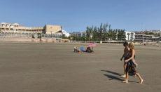 An den Touristenstränden der Kanarischen Inseln gab es diesen Sommer keine Schwierigkeiten bei der Einhaltung der Abstandsregeln. Foto: efe