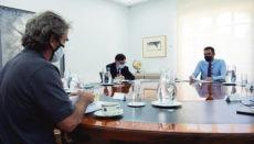 Pedro Sánchez (r.) mit Gesundheitsminister Salvador Illa (l.) und dem Leiter des Koordinationszentrums für sanitäre Notfälle in Madrid, Virologe Fernando Simón (im Vordergrund) bei einer Besprechung über die Corona-Lage Foto: efe