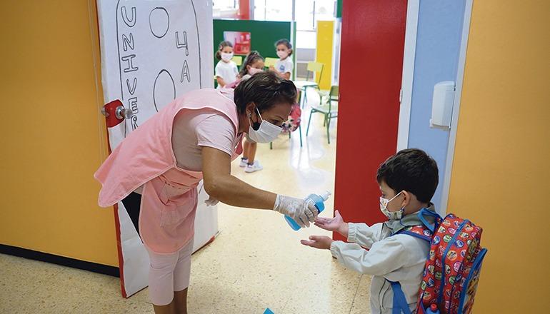 Handdesinfektion und Fieber messen beim Betreten des Schulgebäudes gehören vorerst zum Schulalltag. Foto: efe