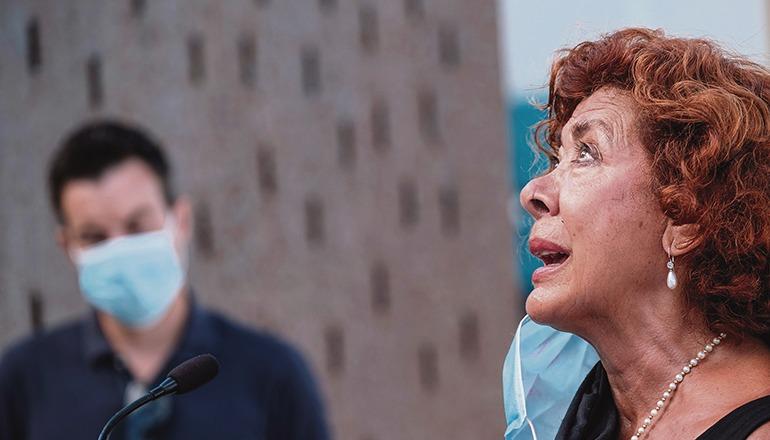 Loreto González gehört zu den wenigen Überlebenden der Katastrophe. Ihre Tochter verlor sie bei dem Unglück. Sie las bei der Gedenkveranstaltung in Las Palmas ein Gedicht vor. Foto: EFE