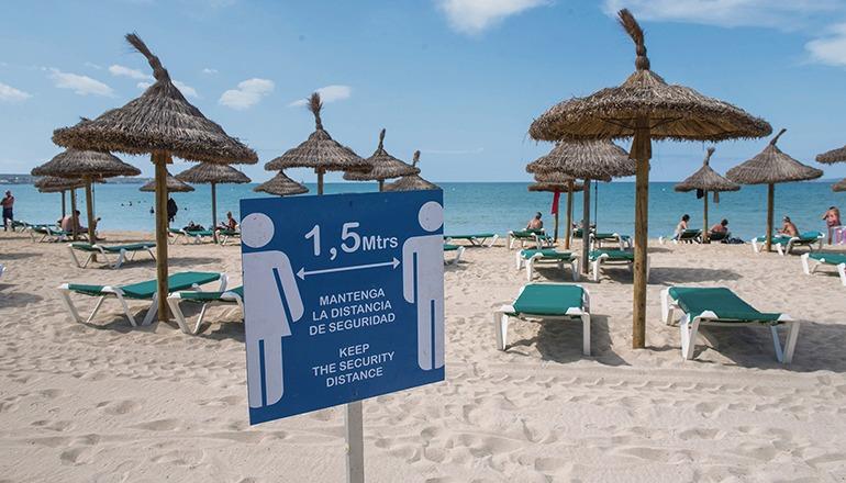 Hinweisschild mit Abstandsregeln an einem ungewöhnlich leeren Strand auf Mallorca Foto: efe