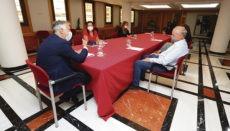 Kanarenpräsident Ángel Víctor Torres (l.), die regionale Tourismusministerin Yaiza Castilla (2.v.l.) und TUI Vorstandsmitglied Sebastian Ebel (r.) bei der Besprechung. Foto: efe