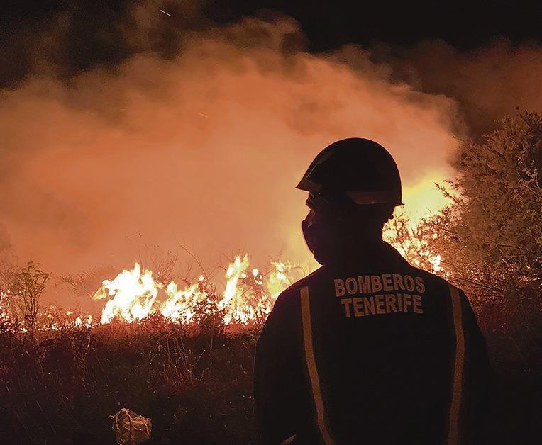 Einsatzkräfte von Teneriffa und Gran Canaria unterstützten die Kollegen von La Palma im Kampf gegen die Flammen. Foto: moisés pérez