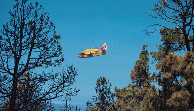 Drei Löschflugzeuge warfen Wasser über den Flammen ab. Foto: ejército del aire