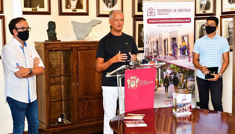 """Bürgermeister Francisco Linares stellte das Internet-Portal """"Market Place"""" im Rathaus von La Orotava vor."""