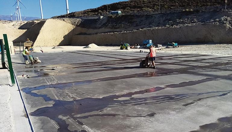 Auf dem Gelände der Müllkippe wurde eine Betonplatte gegossen, auf der die Schreddermaschine aufgebaut werden wird. Foto: cabildo de tenerife