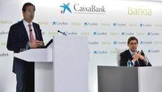 Der bisherige CEO von Bankia, José Ignacio Goirigolzarri (re), und der Verwaltungsratspräsident der Caixabank, Gonzalo Gortázar (li), informierten die Öffentlichkeit in einer gemeinsamen Pressekonferenz über die Fusion der beiden Bankhäuser. Foto: EFE
