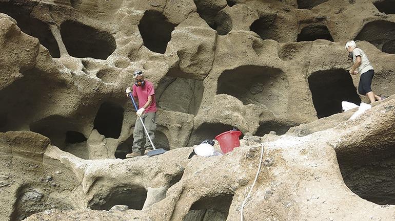 Die Getreidehöhlen in Cenobio de Valerón müssen gründlich gereinigt werden, um ihre Erhaltung zu sichern. Fotos: Cabildo de Gran Canaria