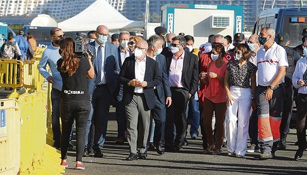 Der Besuch des Ministers (rechts mit Sonnenbrille im Gespräch mit Kanarenpräsident Torres) im Hafen von Arguineguín traf mit der Ankunft mehrerer Migrantenboote zusammen. So erlebte José Luis Escrivá die Überlastung der Hilfskräfte und die begrenzten Kapazitäten für die Erstbetreuung hautnah. Fotos: efe