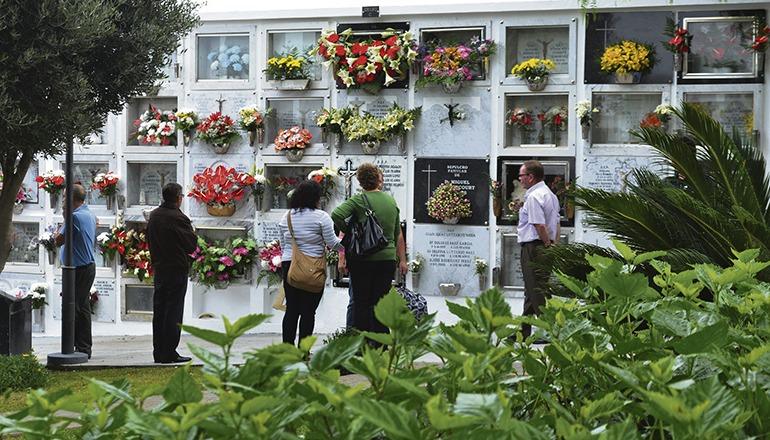Blumenschmuck auf einem Friedhof an Allerheiligen Foto: Moisés Pérez