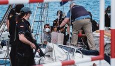 """Zollpolizei und Policía Nacional entladen die beschlagnahmten Haschischballen von dem Segler """"Carla"""", im Hintergrund zwei Mannschaftsmitglieder bulgarischer Herkunft. Foto: EFE"""