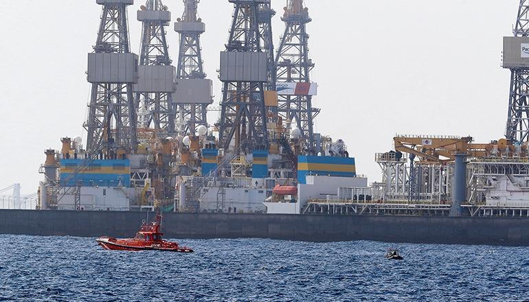 Ein Schiff der Seenotrettung und ein Schlauchboot der Taucher-Einsatzgruppe der Guardia Civil bei der Suche nach der Taucherin Foto: EFE