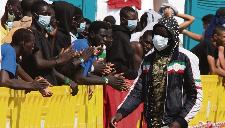 Applaus für die, die es geschafft haben. In Arguineguín werden die Ankömmlinge zunächst in Zelten des Roten Kreuzes untergebracht, bisweilen zu Hunderten. Fotos: efe