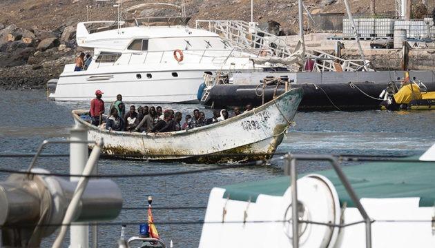 Ein Boot mit 31 Männern, das Ende September vor Güímar gesichtet wurde, wird in den Hafen von Santa Cruz auf Teneriffa geschleppt. Fotos: EFE