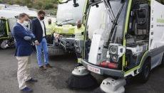 Bürgermeister José Manuel Bermúdez interessierte sich für die neuen und modernen Straßenreinigungsfahrzeuge und begrüßte die Investition. Damit könnte der CO2-Ausstoß jährlich um mehr als 151 Tonnen gesenkt werden. Foto: xxxxx