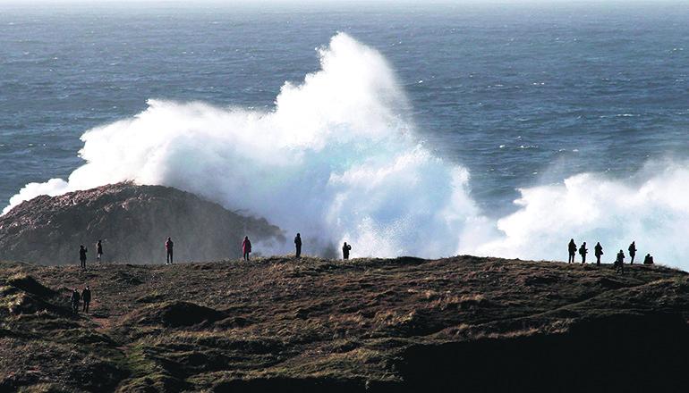 An der Küste von Valdoviño in Galicien brechen sich riesige Wellen. Foto: EFE