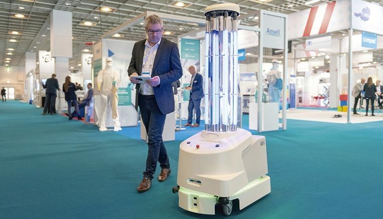 Die Roboter können die Räume vollautomatisch abfahren und dabei jede zu desinfizierende Oberfläche mit UV-Licht bestrahlen. Foto: UVD Robots