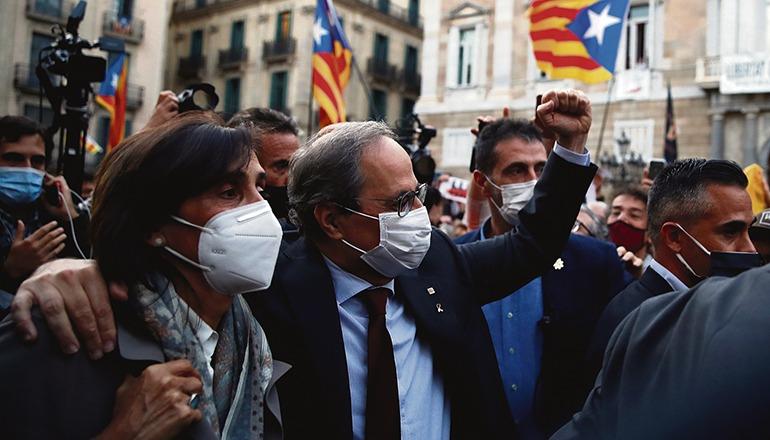 Quim Torra mit seiner Frau Carola Miró beim Verlassen des Regierungsgebäudes Fotos: efe