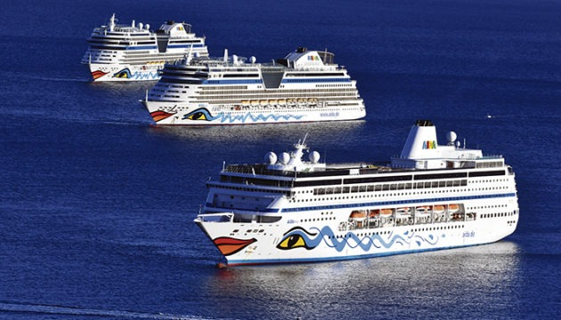 """Noch sind die vor Santa Cruz liegenden Kolosse von AIDACruises """"Geisterschiffe"""" ohne Passagiere. AIDA peilt die ersten Kreuzfahrten im Dezember an. Foto: moisés pérez"""
