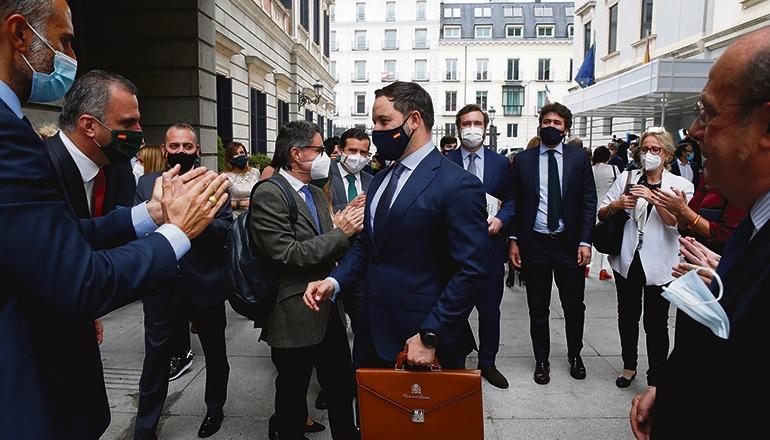 Beifall bekam Santiago Abascal (Mitte) am 22. Oktober im Kongress nur von den Abgeordneten seiner Partei. Foto: efe