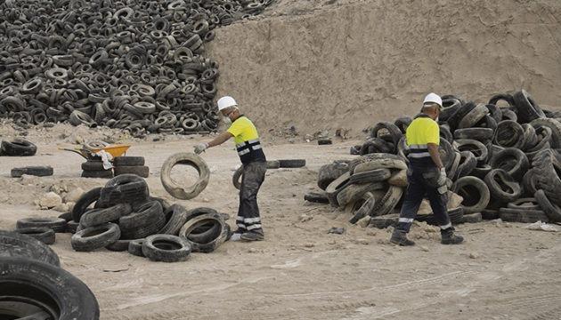 Pedro Martín neben einem Berg bereits zerkleinerten Reifengummis. In spätestens sechs Monaten sollen sämtliche Altreifen der Deponie Arico geschreddert sein. Der rasche Fortschritt der Arbeiten deutet aber darauf hin, dass der Auftrag bereits vor Ende dieser Frist abgeschlossen wird. Fotos: cabildo de tenerife