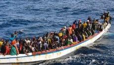 Die 215 Insassen dieses Bootes hatten Glück. Auch ihnen fiel der Motor aus und sie trieben manövrierunfähig im Meer, in Gefahr, die Protagonisten der nächsten Tragödie auf der Atlantikroute zu werden. Doch ein Fischdampfer entdeckte sie in mauretanischen Gewässern und rettete sie. Foto: EFE
