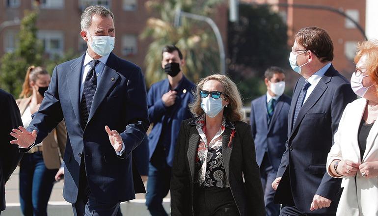 König Felipe VI. mit dem valencianischen Präsidenten Ximo Puig und der Wirtschaftsministerin Nadia Calviño Foto: efe
