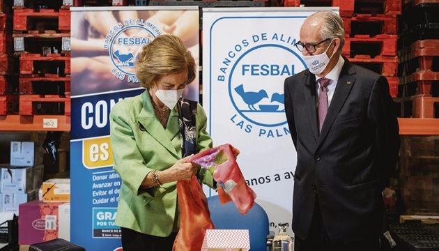 Mit dem Seidentuch, das die Mitarbeiter der Lebensmittelbank Las Palmas der Königin zur Begrüßung überreichten, trafen sie offensichtlich ihren Geschmack, denn Doña Sofía legte das Tuch sofort über ihre Schulter, nachdem sie die wunderbare Farbwahl gelobt hatte. Fotos: EFE