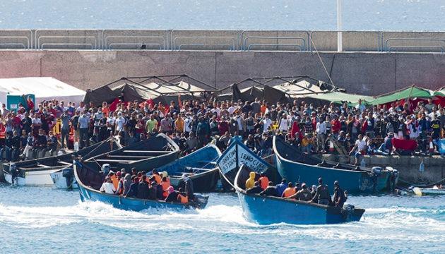 Im improvisierten Erstaufnahmelager im Hafen von Arguineguín herrschen Überfüllung und unhaltbare Zustände. Foto: EFE Foto: EFE