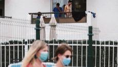 Migranten auf dem Balkon einesHotels Foto: efe