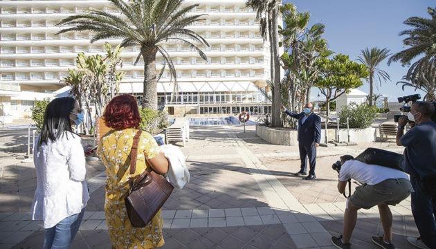 Zimmermädchen und anderes Hotelpersonal beteiligten sich an der Protestaktion. Im Anschluss an die Pressekonferenz führten Hoteldirektor Fabrizio Congio und der Verantwortliche der Hotelkette auf Fuerteventura, Juan Álvarez, die Pressevertreter durch die Hotel-anlage. Foto: RIU