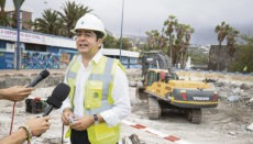 Inselpräsident Pedro Martín besuchte die Baustelle nahe der Playa Jardín. Im Hintergrund wird mit einem Bagger das alte Schwimmbecken abgerissen. Foto: Cabildo de Tenerife
