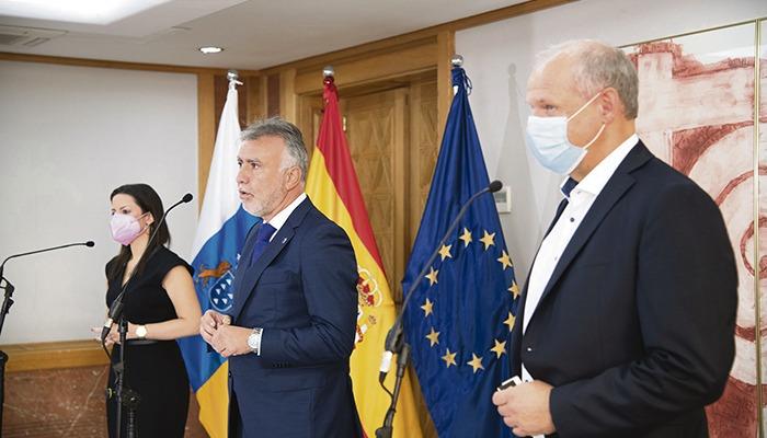 TUI-Vorstandsmitglied Sebastian Ebel (r.) mit Kanarenpräsident Torres und der regionalen Tourismusministerin Yaiza Castilla am 16. November in Las Palmas Foto: Gobierno de canarias