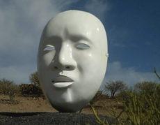 Der japanische Künstler Paul Hamanaka vergrößerte die Maske auf stattliche 1,5 x 3,0 x 1,5 Meter, sodass sie beim Betreten des 250 m entfernten Parkzugangs etwa in der Dimension erscheint, als ob man nur wenige Meter von der Theaterbühne entfernt säße. Foto: : Alexander Stomberg
