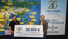Dr. Javier Almunia, Direktor der Loro Parque Fundación, und Stiftungspräsident Christoph Kiessling (r.) mit dem symbolischen Scheck.