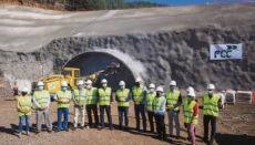 Teneriffas Cabildo-Präsident (6. v.l.) zusammen mit weiteren Politikern vor einer der beiden Tunnelöffnungen bei Baubeginn Foto: noticia