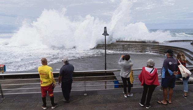 In Bajamar sorgten Rettungsschwimmer dafür, dass sich niemand zu nah an das Wellenspektakel heranwagte.  Foto: efe