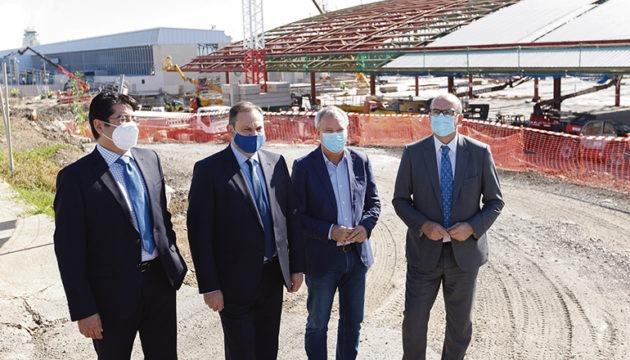 José Luis Ábalos (2.v.l.) vor der Baustelle des neuen Terminals Foto: efe
