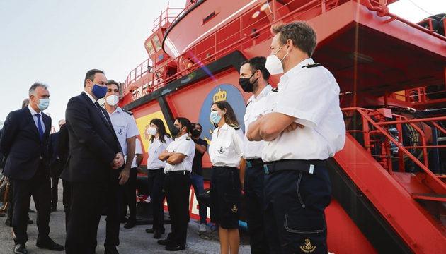 """Transportminister José Luis Ábalos besuchte in Begleitung von Migrationsminister José Luis Escrivá und dem kanarischen Regierungspräsidenten Ángel Víctor Torres in Las Palmas die Basis der Seenotrettung und begrüßte die Besatzung des Seenotrettungskreuzers """"Miguel de Cervantes"""". Foto: EFE"""