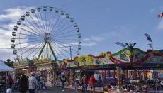 Ein 40 Meter hohes Riesenrad ist die Hauptattraktion der Kirmes, die in der ersten Woche etwa 5.000 Besucher empfangen konnte. Fotos: WB