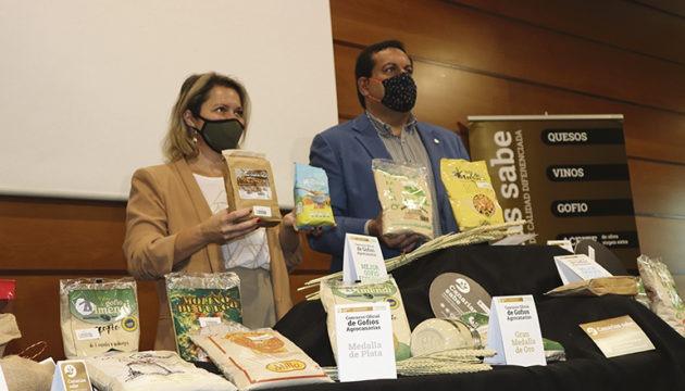 Die Leiterin des Landwirtschaftsressorts, Alicia Vanoostende, und Basilio Pérez vom ICCA bei der Präsentation der Sieger 2020. Foto: Gobierno de Canarias Foto: gobirno de canarias