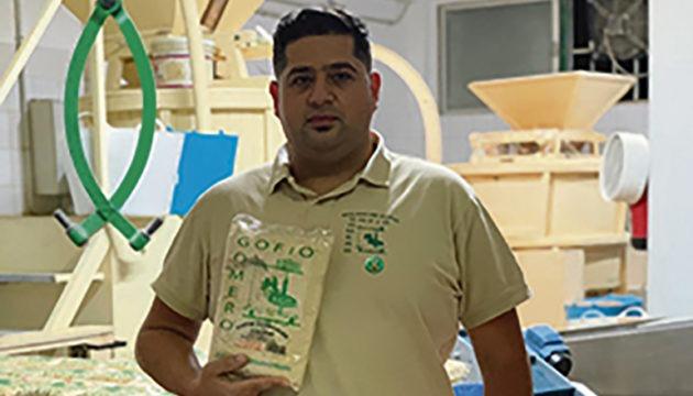 Rayco Herrera in seiner Mühle in Hermigua mit dem Produkt, das ihm den Sieg bescherte Foto: Gofio Gomera