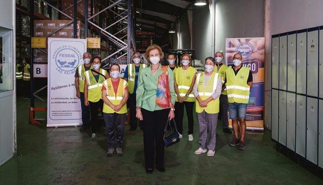 Königin Sofía mit Mitarbeitern der Lebensmittelbank in Las Palmas Foto: efe
