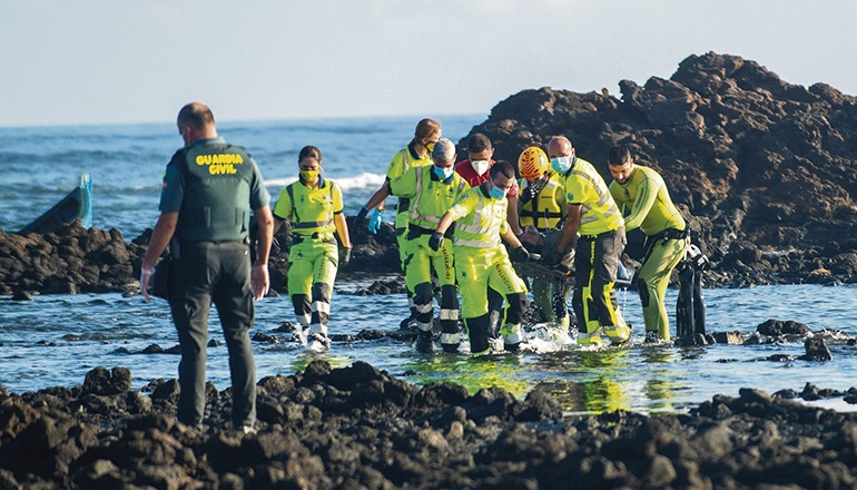 28 Männer überlebten das Unglück. Acht Personen ertranken. Vier Tote konnten erst am Tag danach geborgen werden. Foto: efe