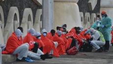 Ein Notfallteam kümmert sich um die 49 Afrikaner, denen es gelungen ist, den Hafen La Restinga an der Südspritze der südwestlichsten Kanareninsel anzulaufen. Foto: EFE